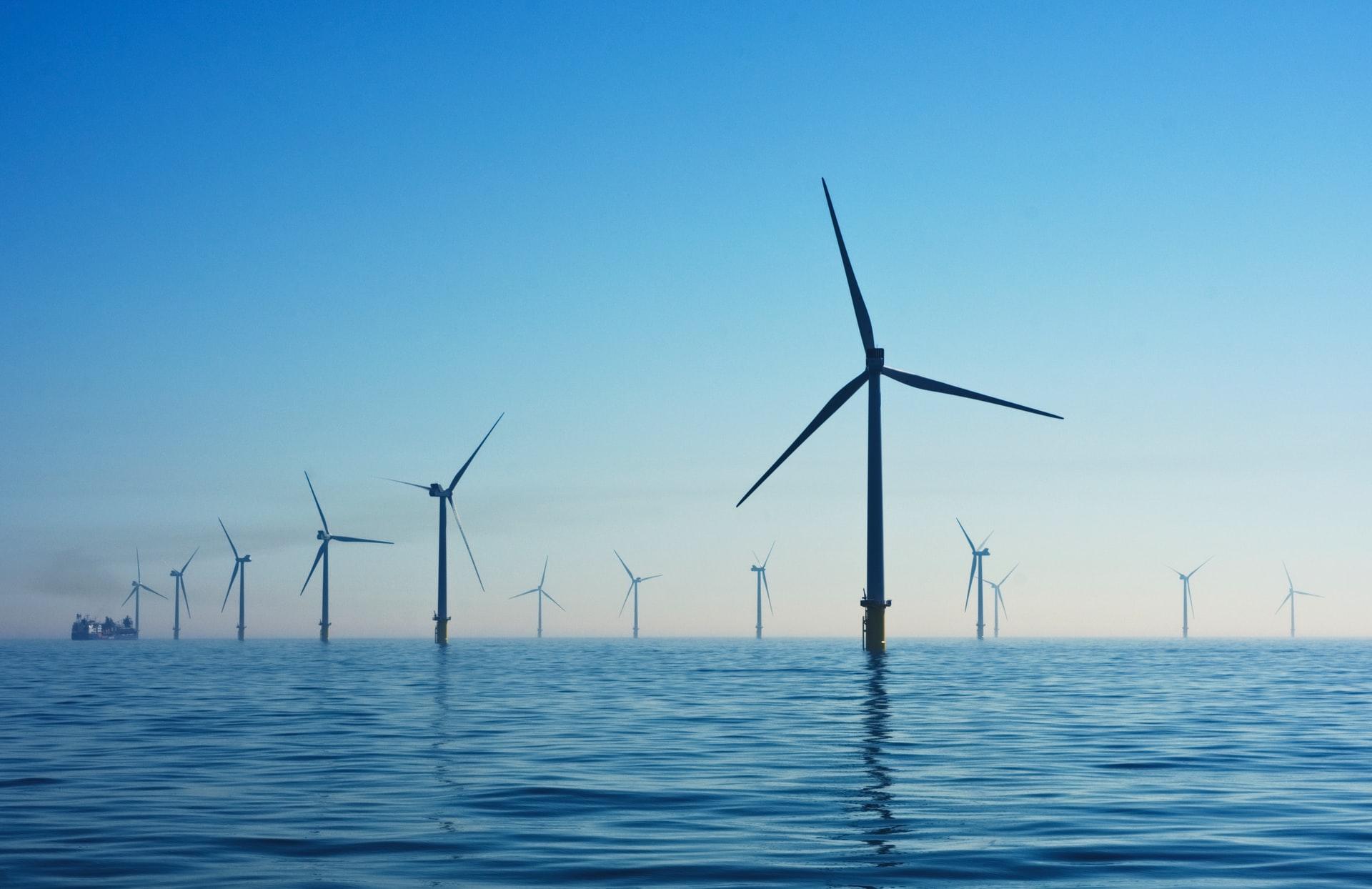 wiatraki pobierające energię na morzu