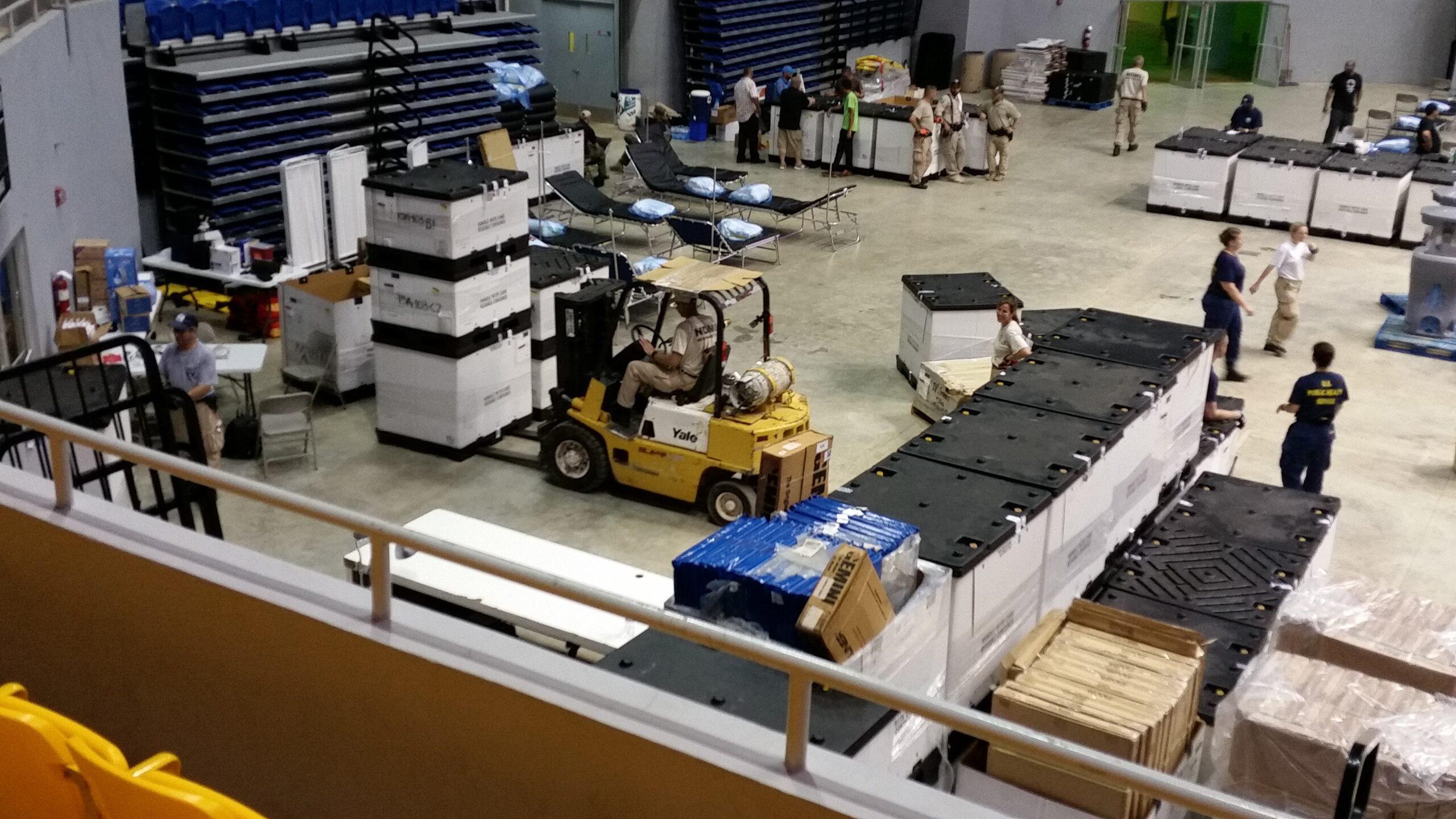 hala produkcyjna pełna pracowników i materiału przewożonego wózkami widłowymi
