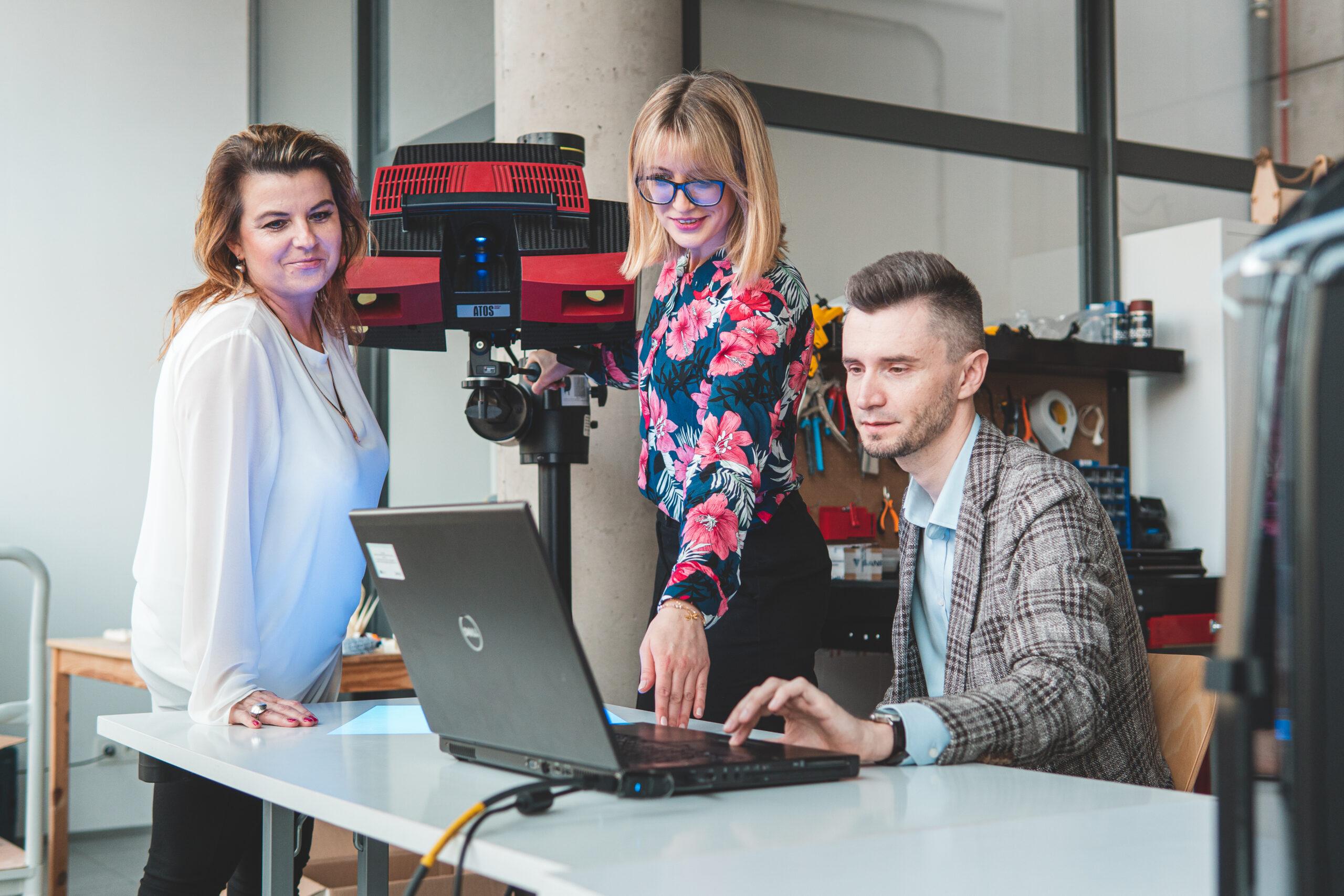 trzech pracowników sprawdzających funkcjonowanie maszyny