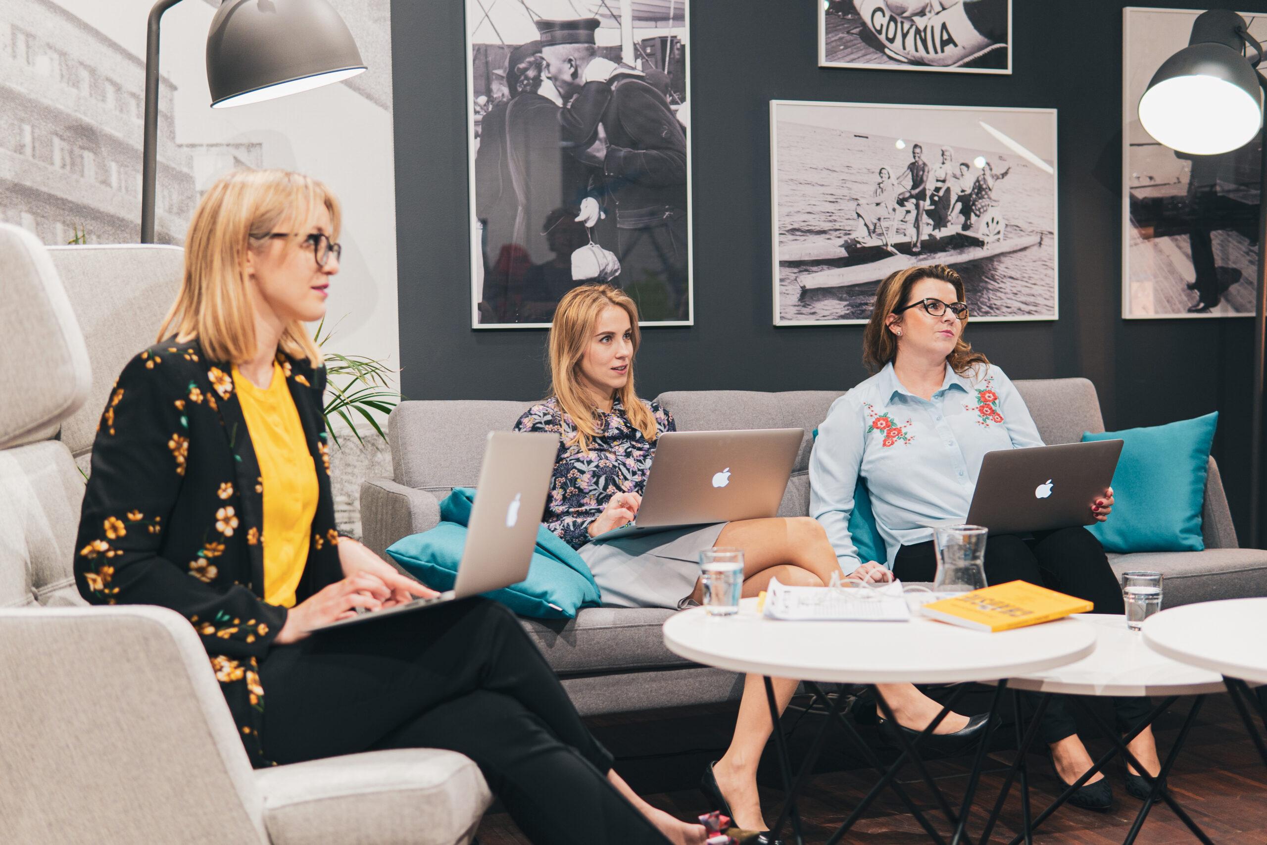kobiety w biurze pracujące przy laptopie
