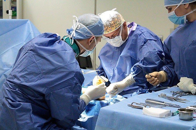 lekarze przeprowadzający operację