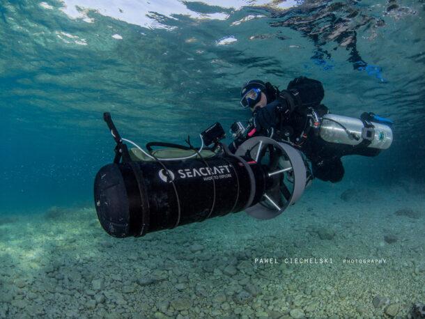 nurek płynący ze skuterem podwodnym seacraft