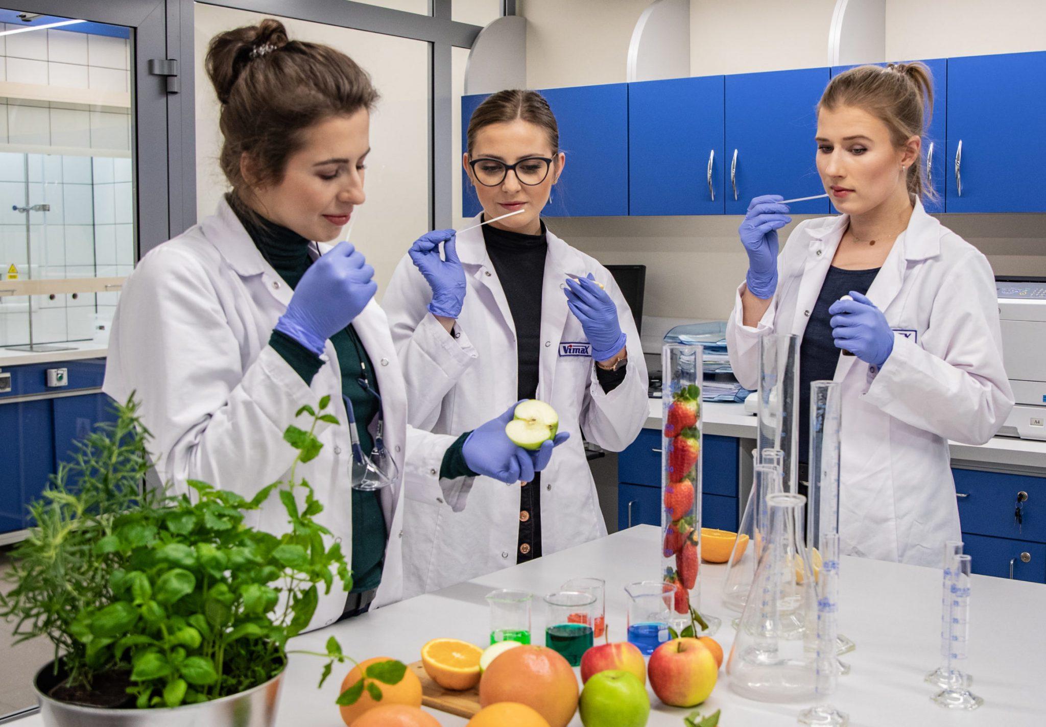kobiety pracujące w laboratorium firmy vimax
