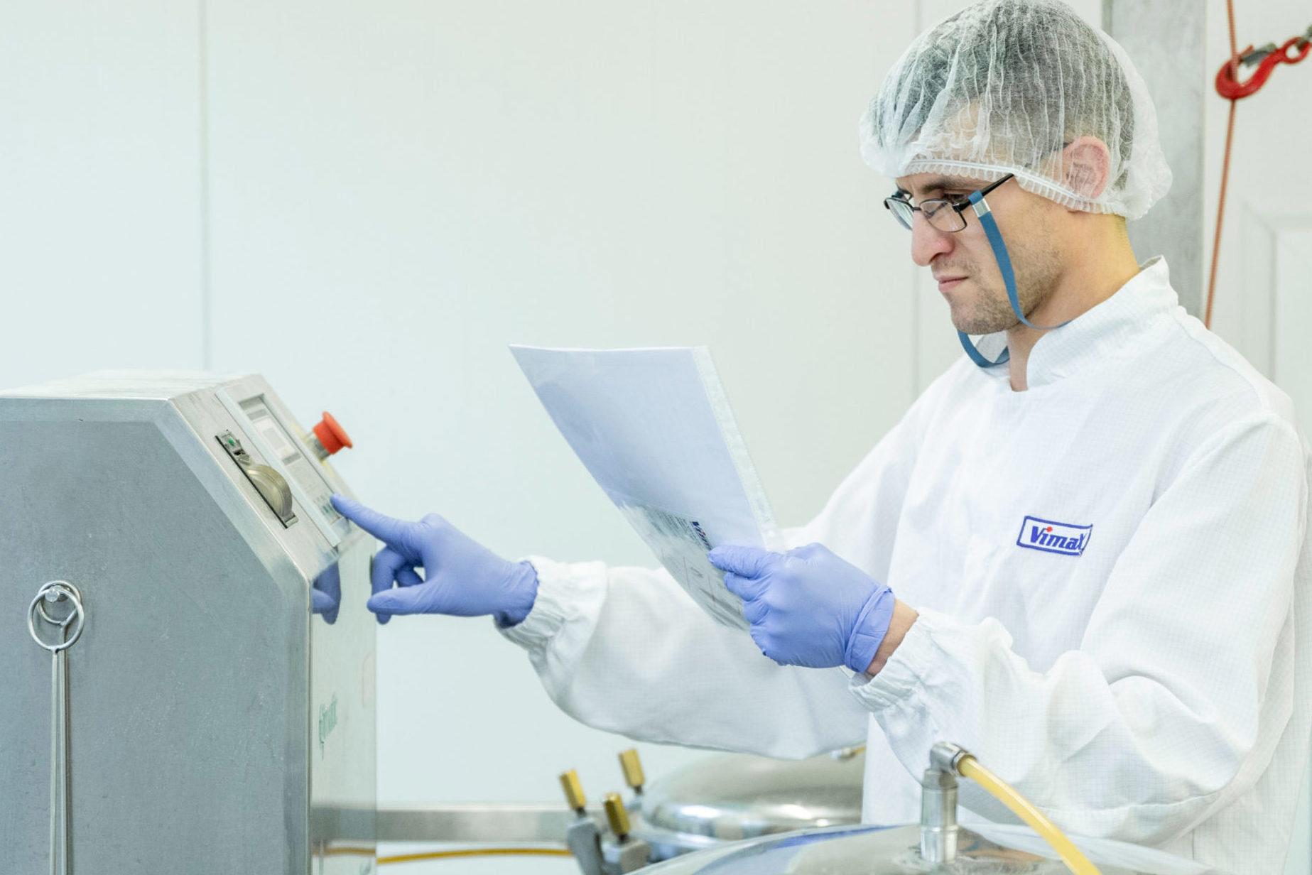 pracownik firmy vimax ustawiający parametry sprzętu