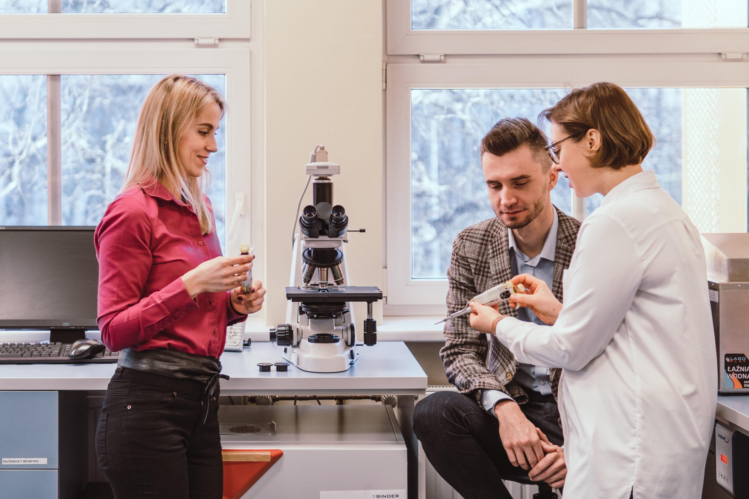 pracownicy innovatree w laboratorium przy mikroskopie