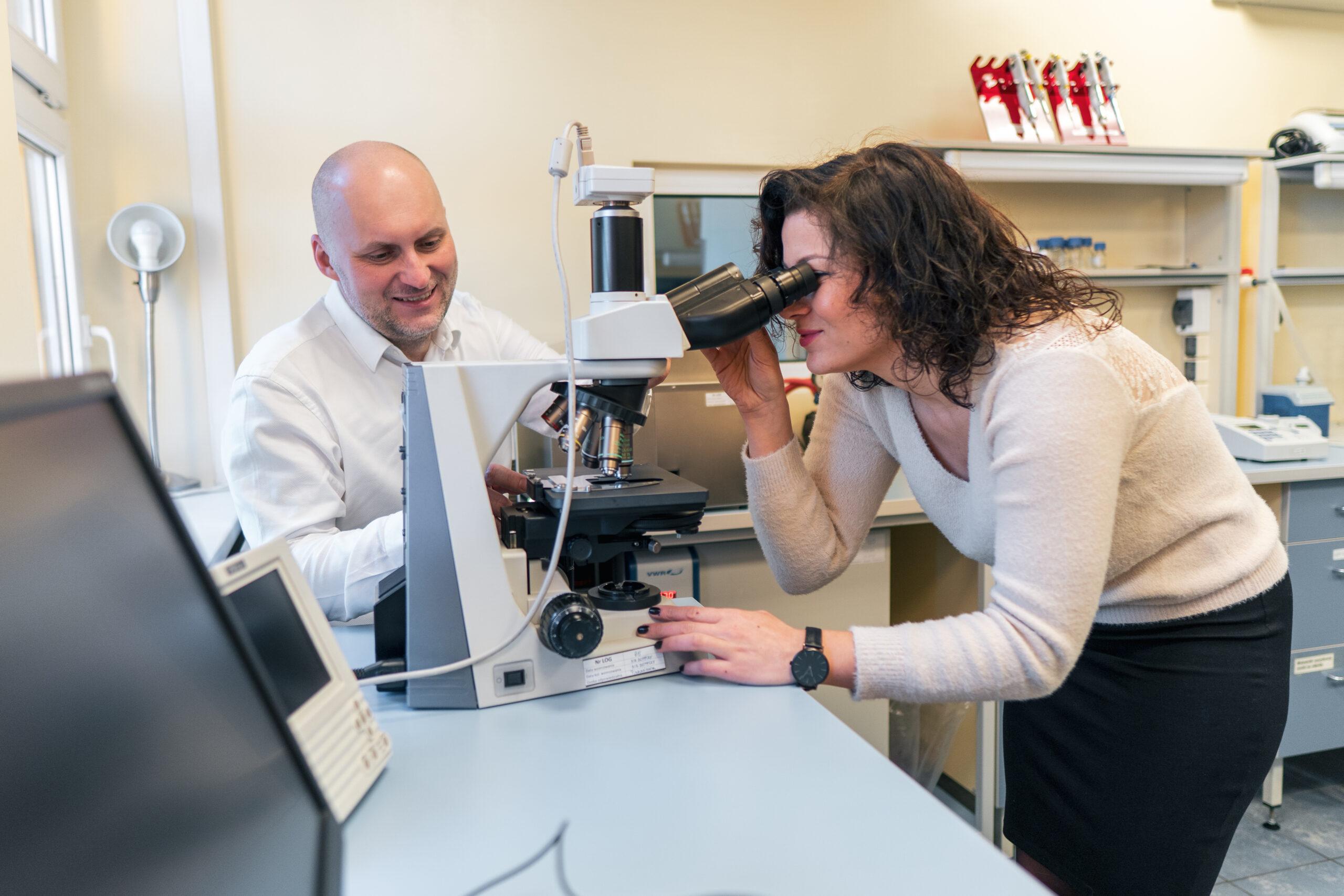 pracownik innovatree patrzący przez mikroskop