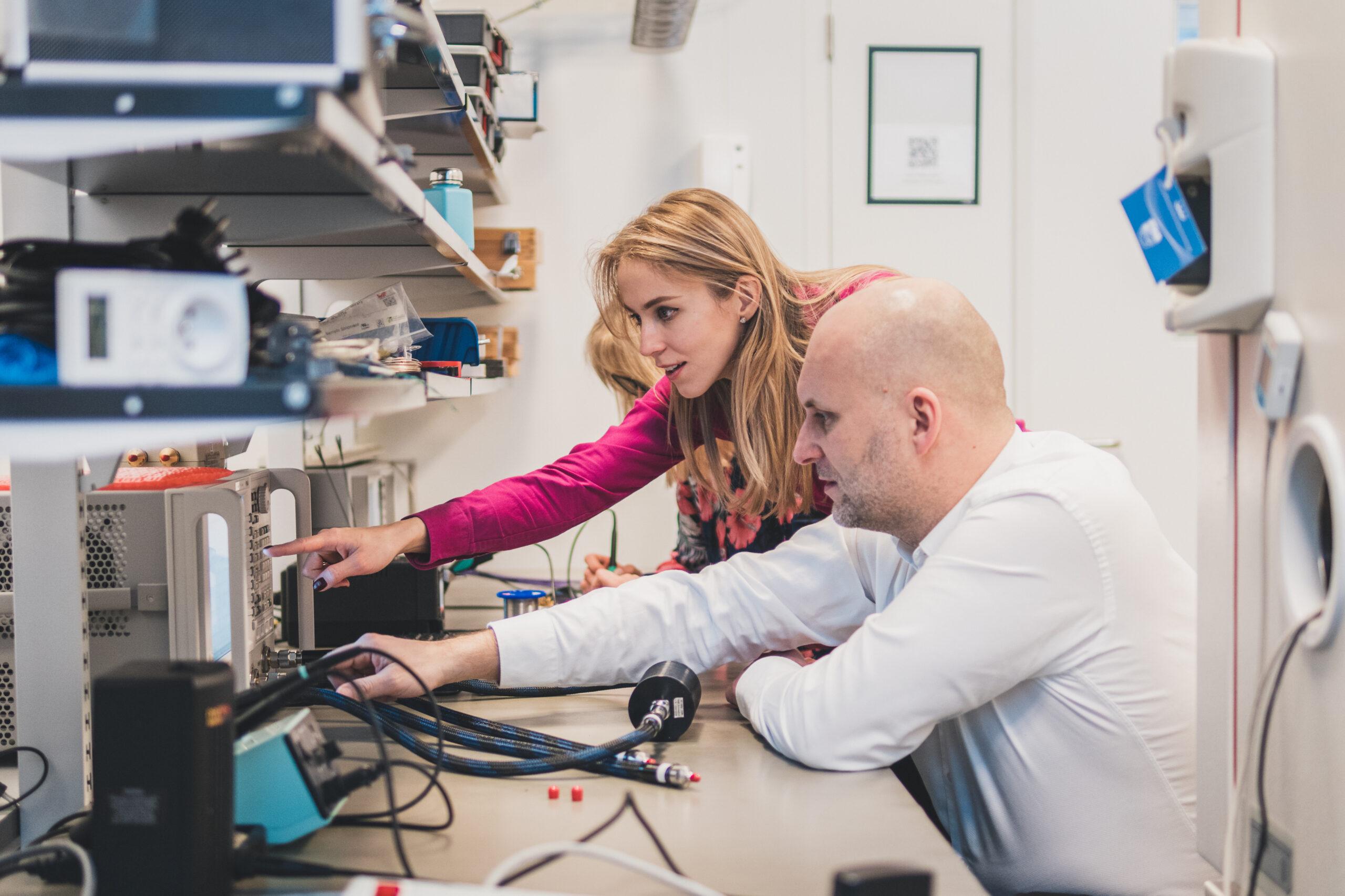 pracownicy innovatree sprawdzający maszynę laboratoryjną