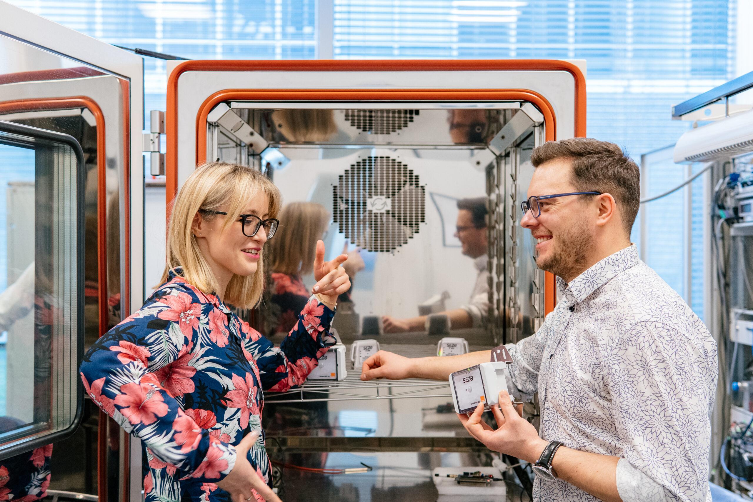 pracownicy innovatree rozmawiający przy maszynie w laboratorium