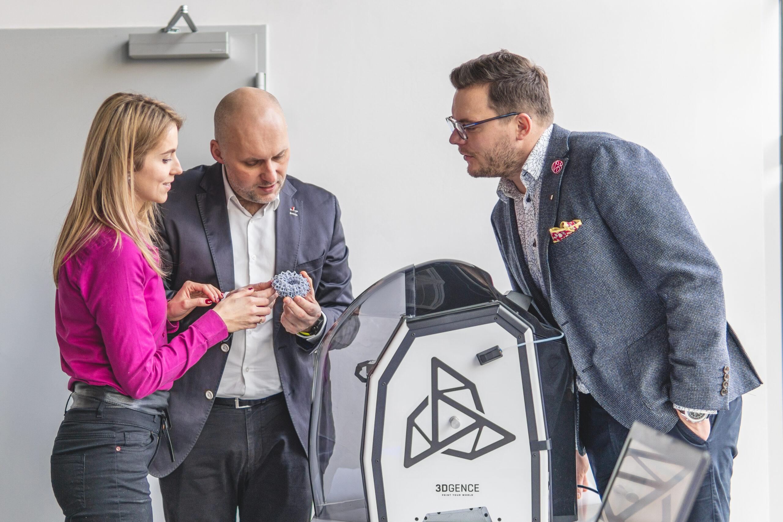 pracownicy innovatree przy drukarce 3D
