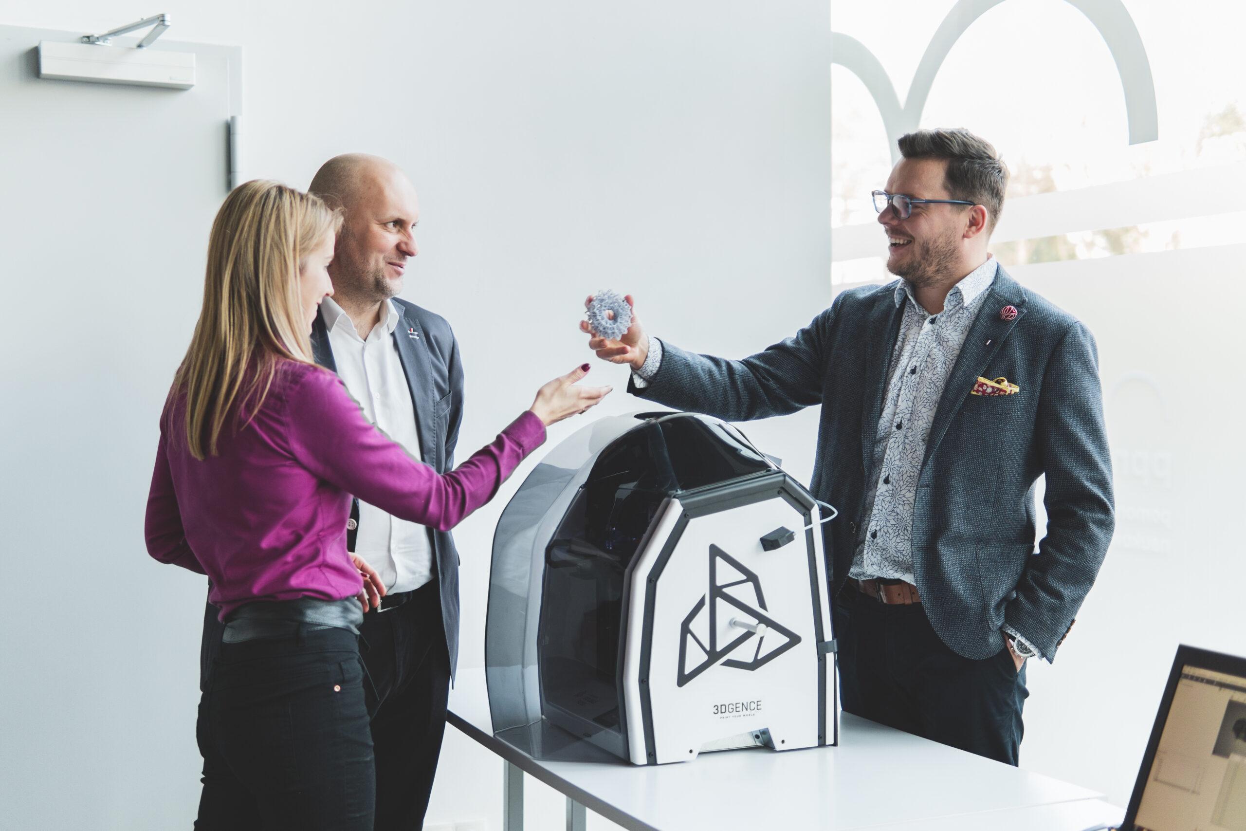 pracownicy innovatree testujący drukarkę 3d