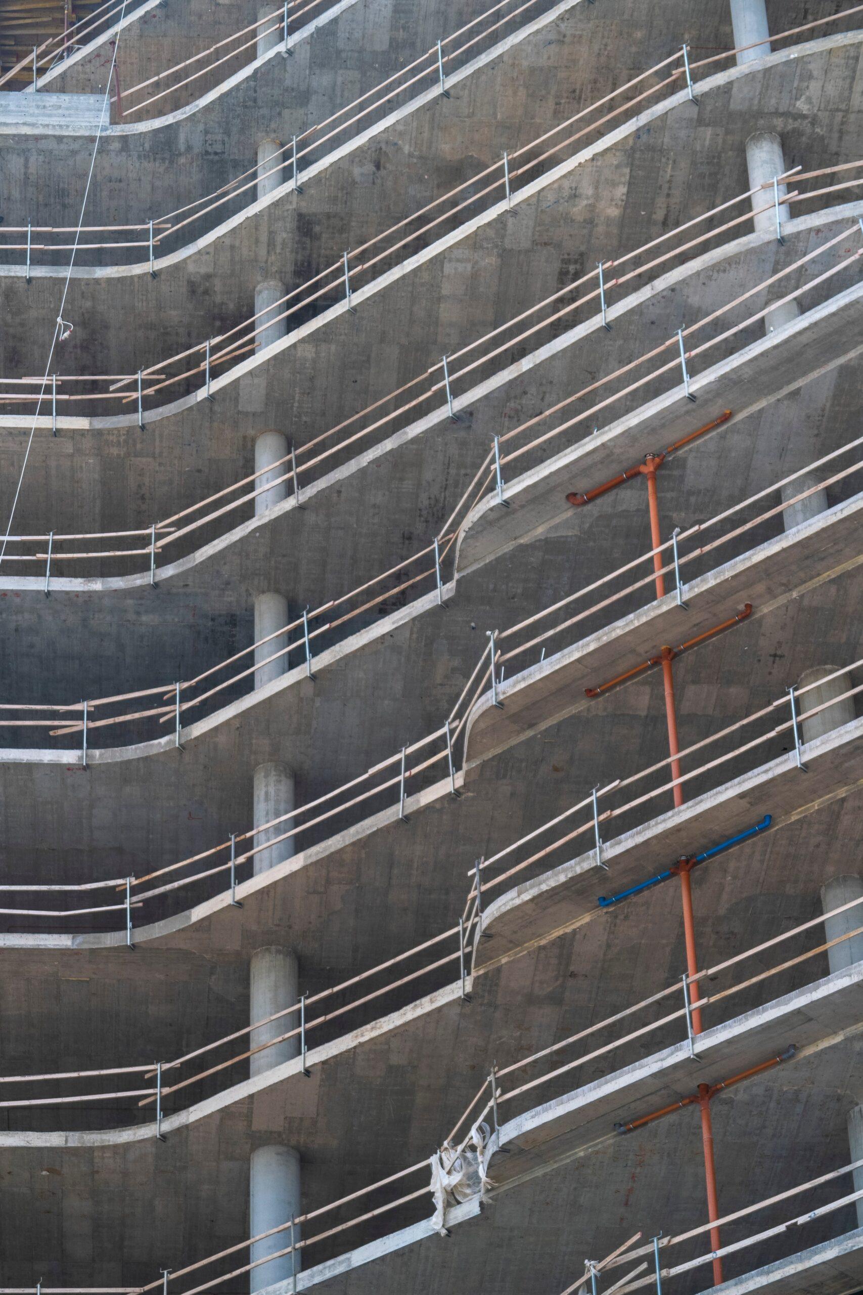 betonowy budynek w trybie budowy
