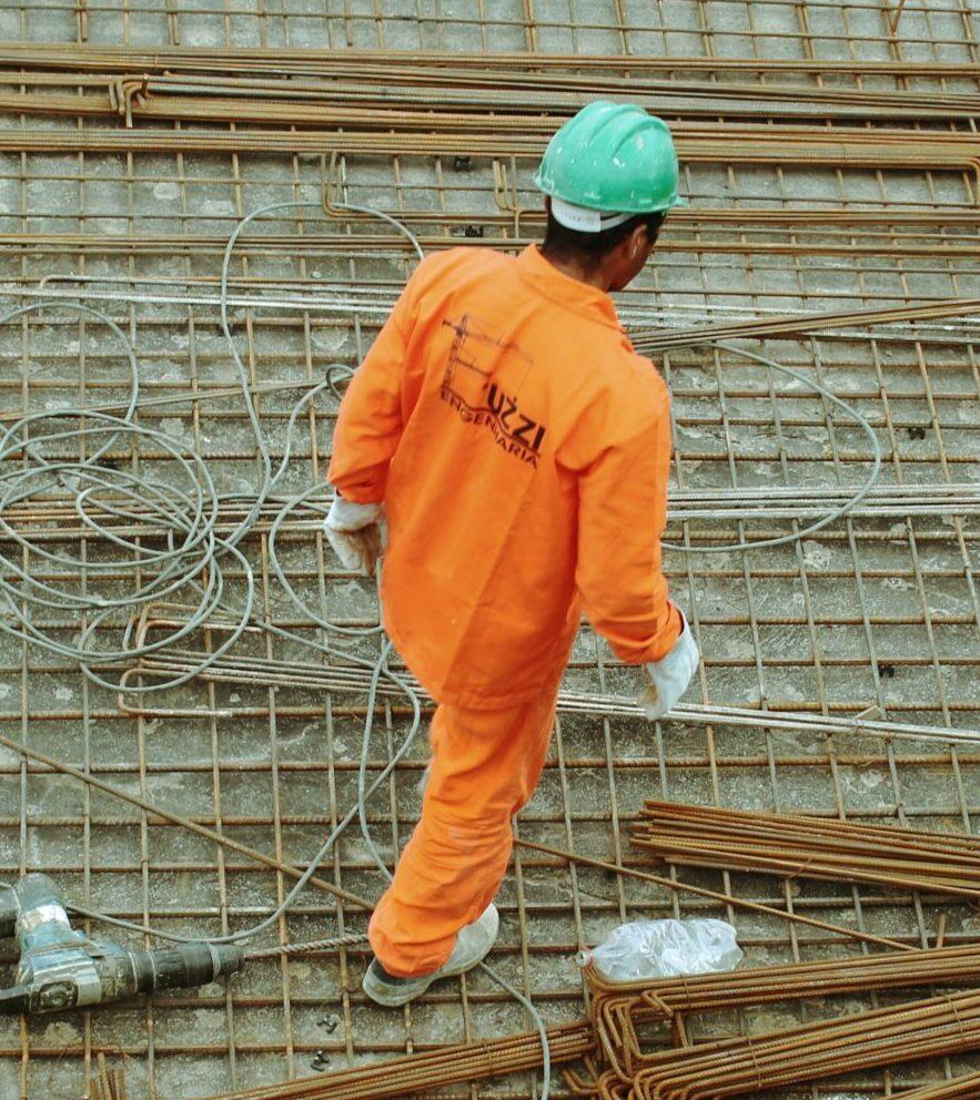 pracownik budowlany podczas pracy