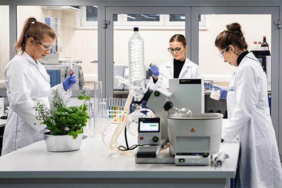 pracownicy laboratorium firmy vimax