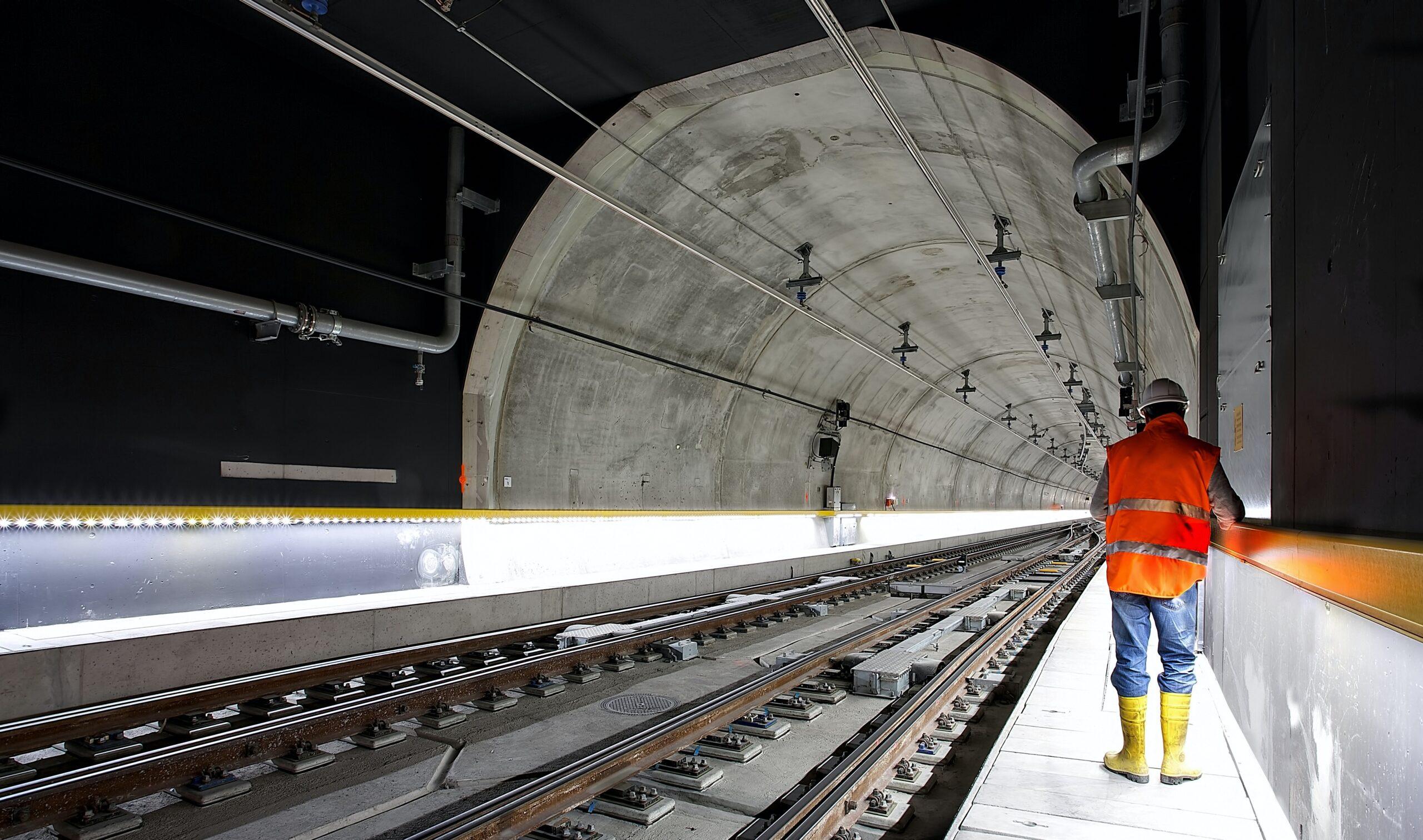 pracownik budowlany w tunelu kolejowym