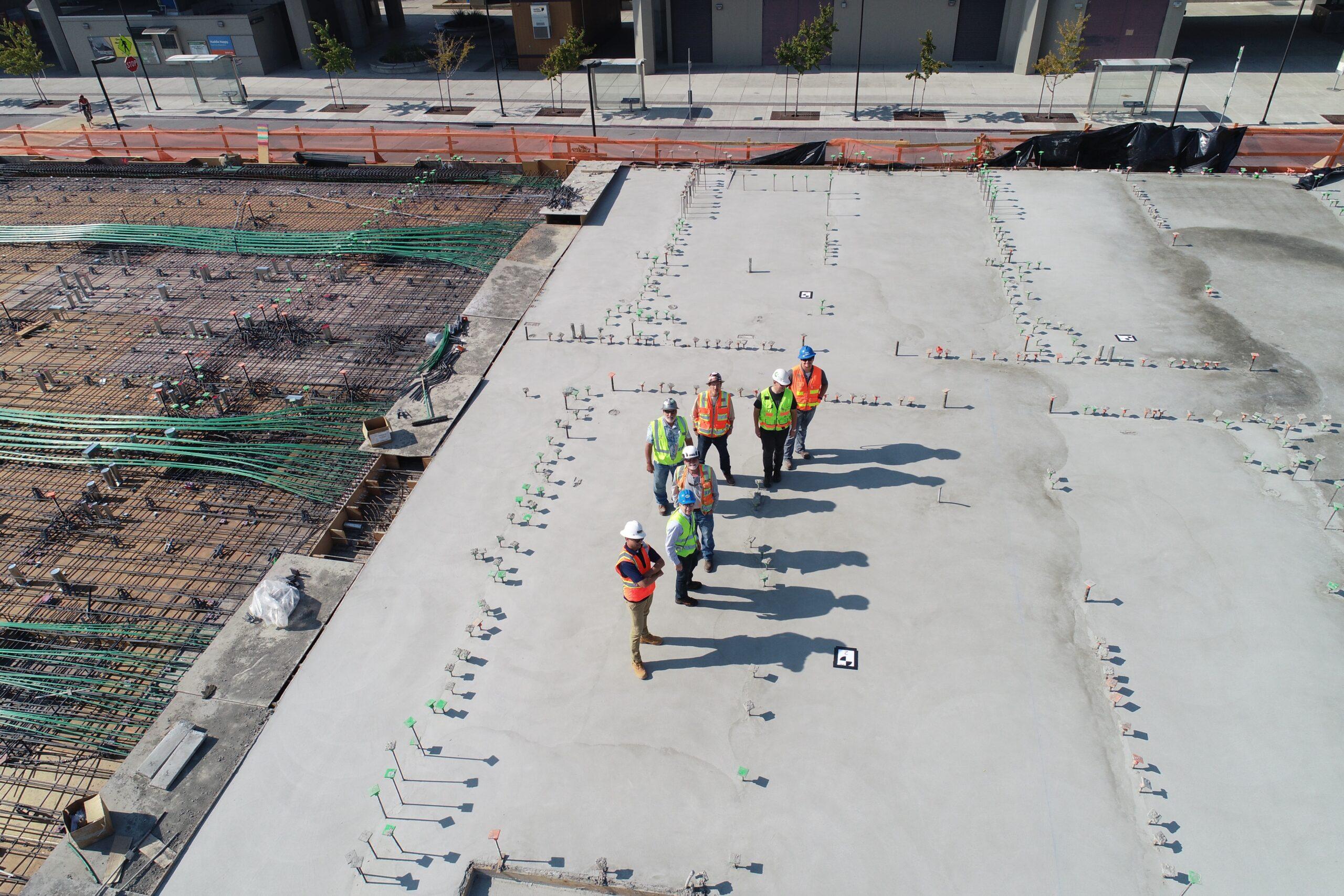 pracownicy budowlani podczas pracy