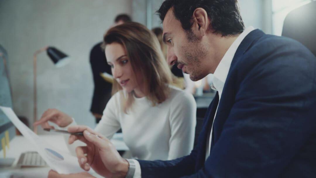 kobieta i mężczyzna analizujący dokument