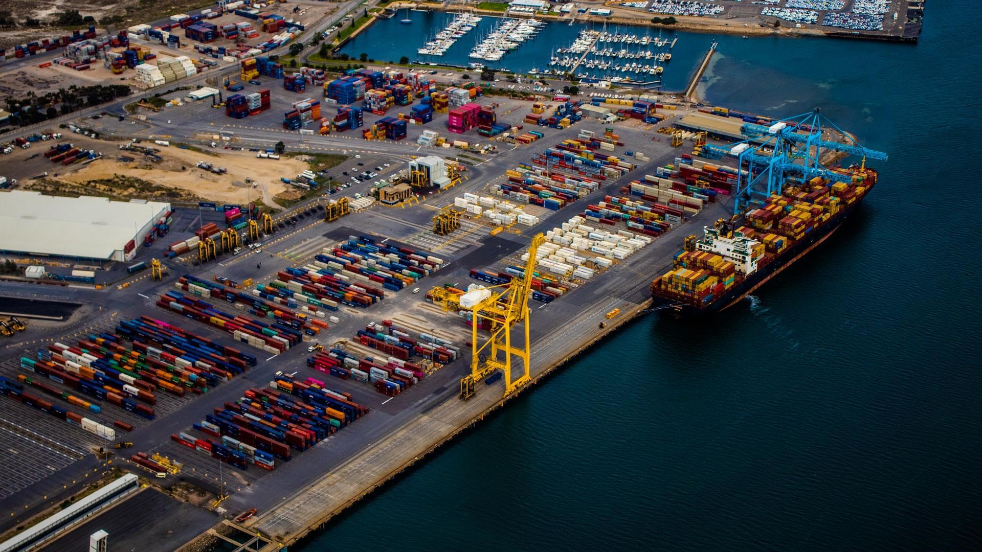 port nadmorski z kontenerami