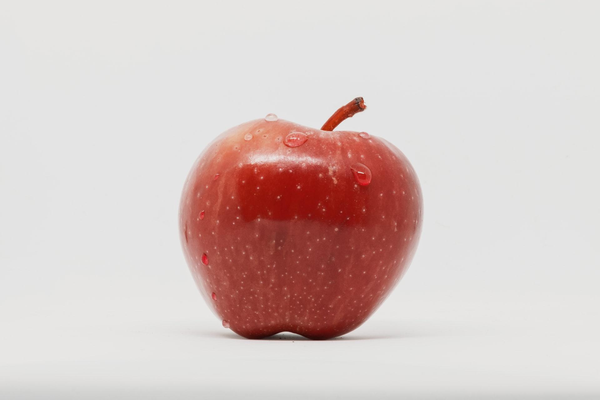 czerwone soczyste jabłko na białym tle