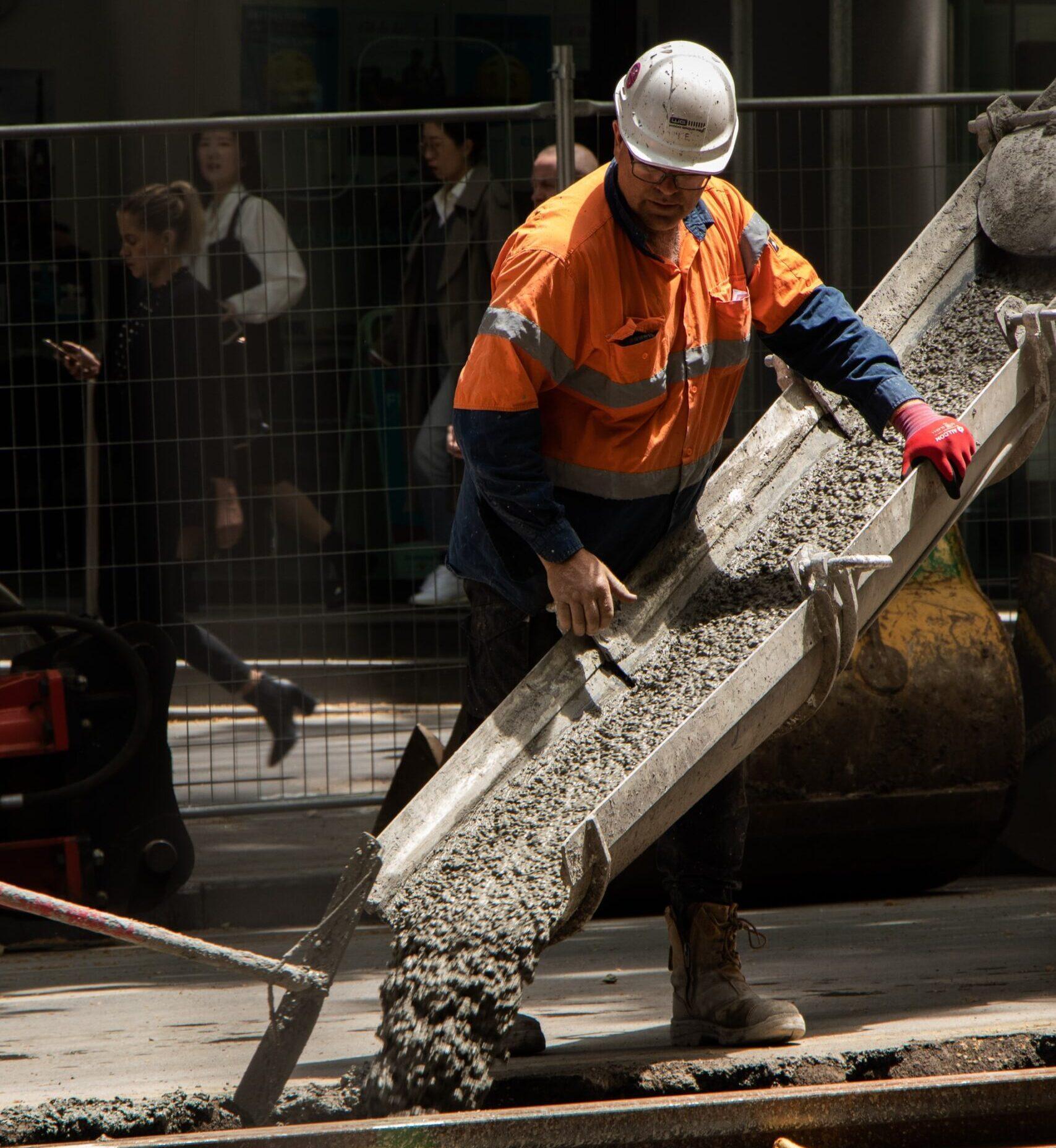 pracownik pilnujący wylewki betonu