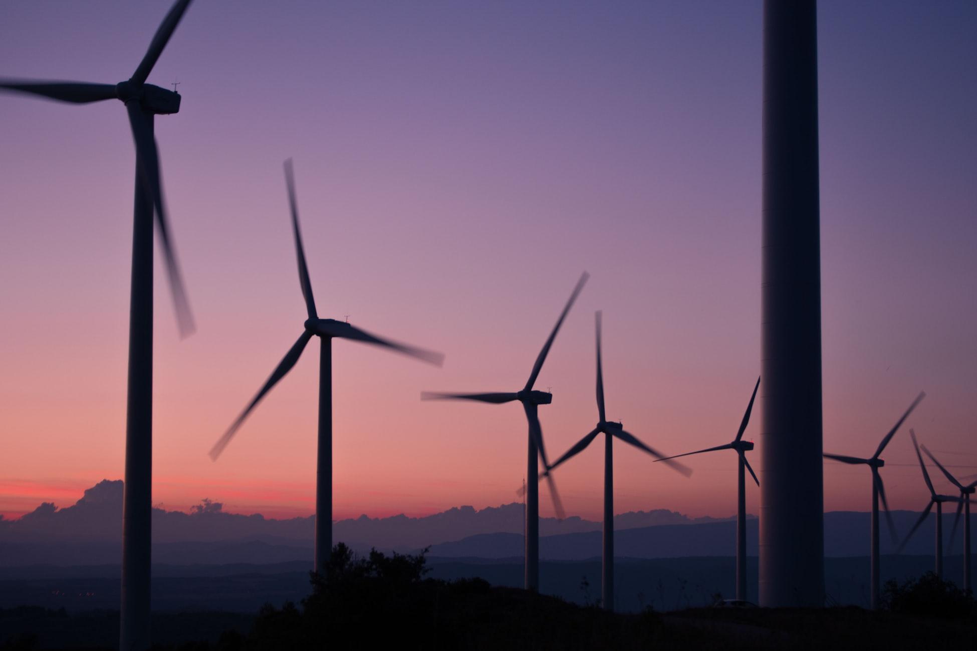 wiatraki pobierające energię o zachodzie słońca