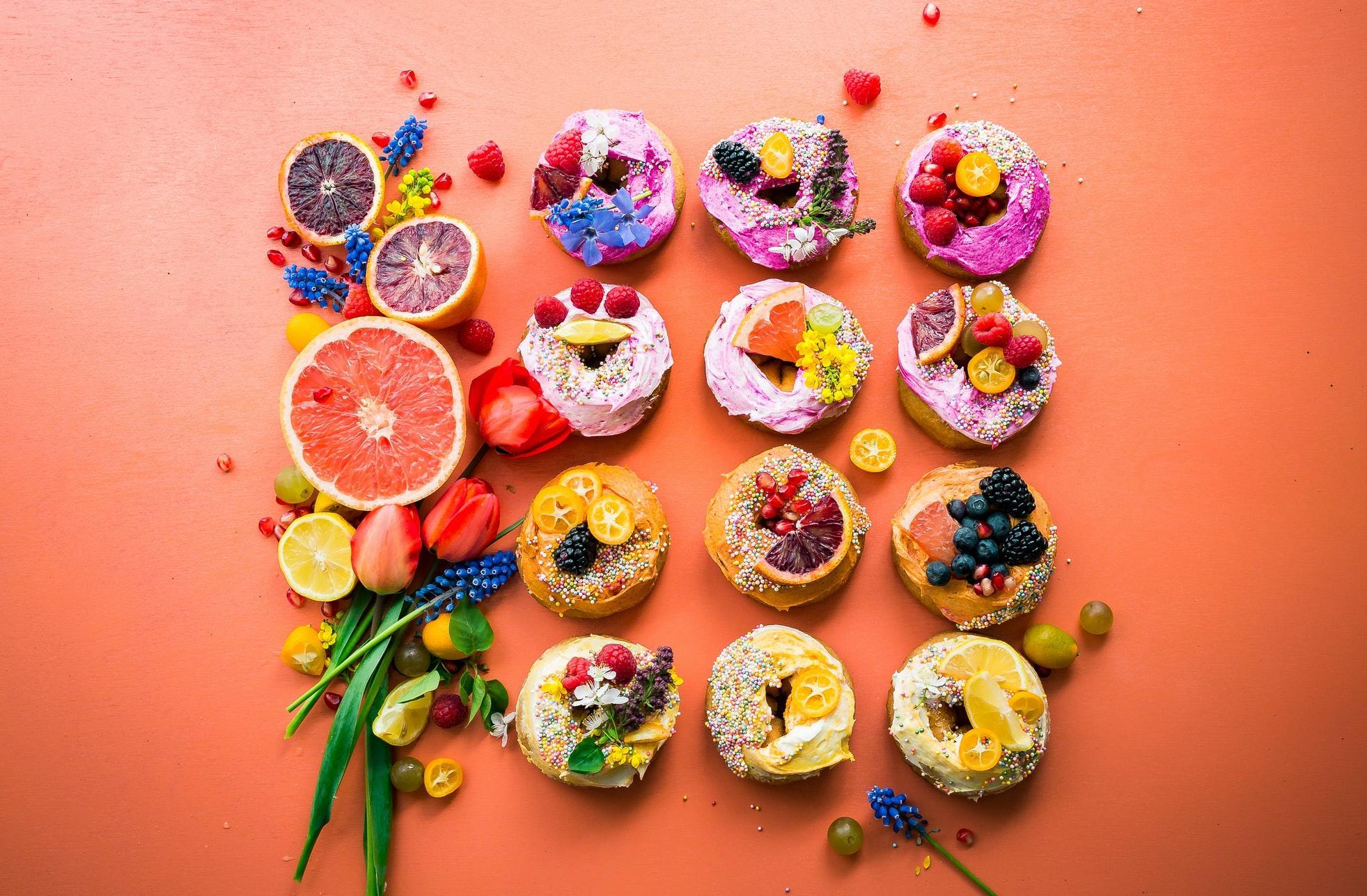 donuty z kremem i owocami