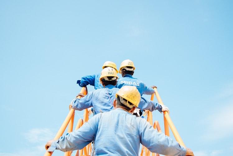 pracownicy budowy wchodzący po schodach