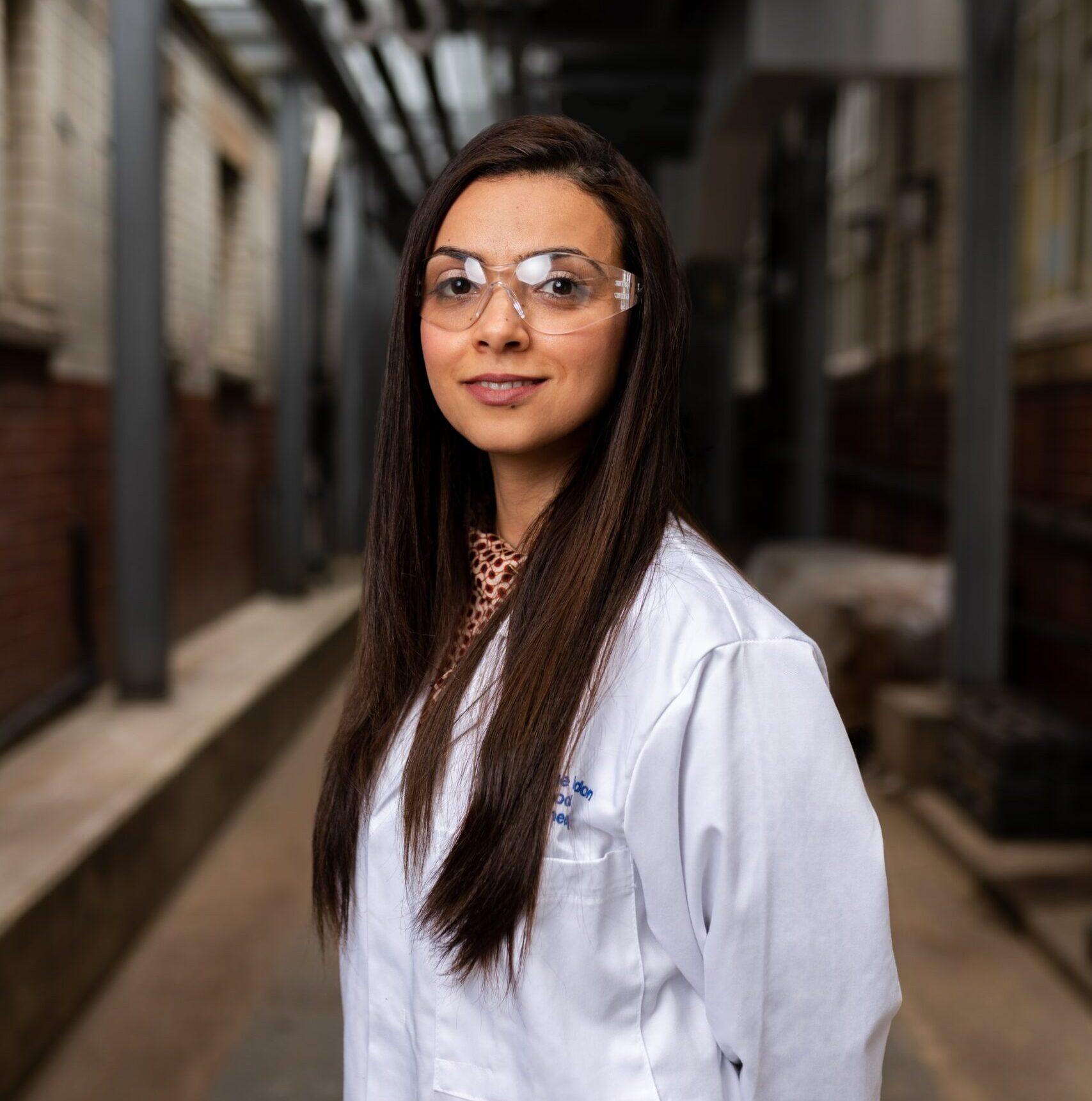 kobieta pracująca w laboratorium