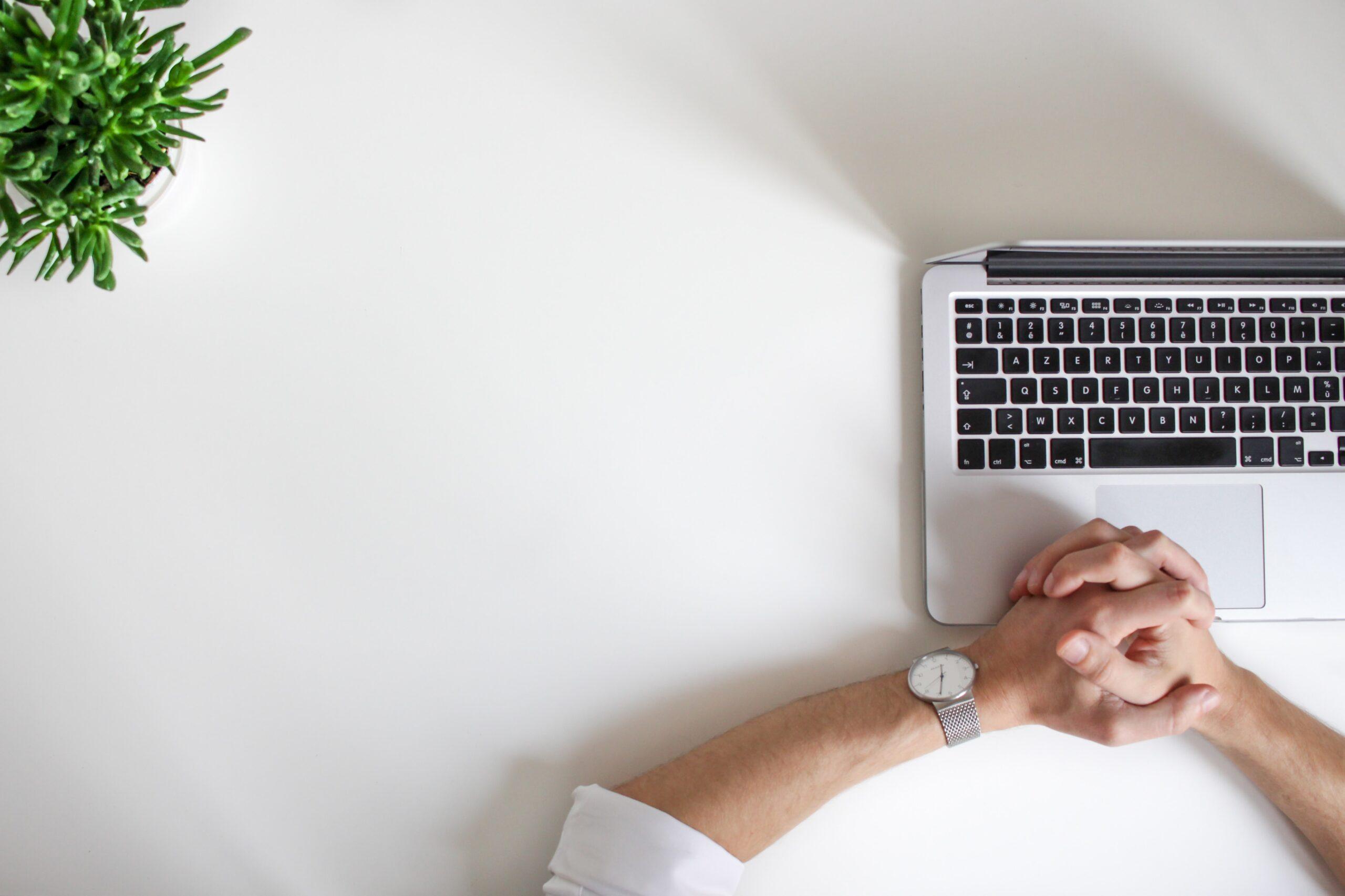 stanowisko pracy w biurze biurko i laptop