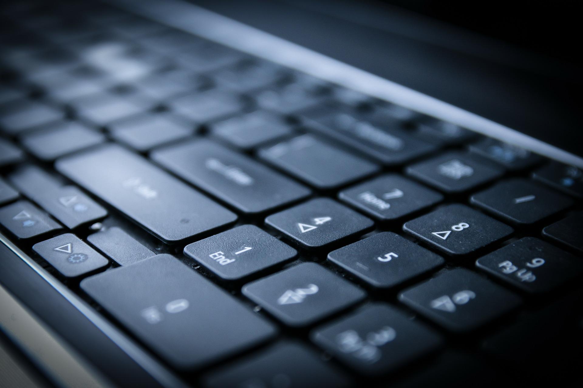 czarna klawiatura komputerowa